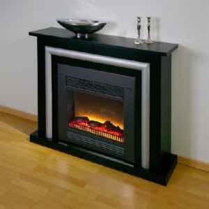 Schwarz-Silber trifft auf urtümlich flackerndes Elektro-Feuer - Moderne auf Ur-Element bei diesem Elektrokamin.