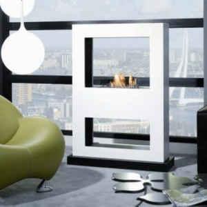Ein Raumteiler in hellem Weiß als Blickfang Ihrer Wohnung kombiniert mit dem hervorragenden 3D-Wasserdampffeuer