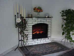 Macht aus dunklen Ecken schöne und vor allem schön warme: Dieser handgearbeitete Elektro-Kamin.