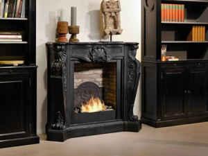 Hochwertige Fassade in klassisch schönem Design aus schwarzem Fossilsteinmarmor - dieser Elektrokamin verursacht ein geradezu königliches Kamingefühl.