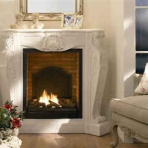 Hochwertige Fassade in klassisch schönem Design aus weißem Fossilsteinmarmor - dieser Elektrokamin verursacht ein geradezu königliches Kamingefühl.